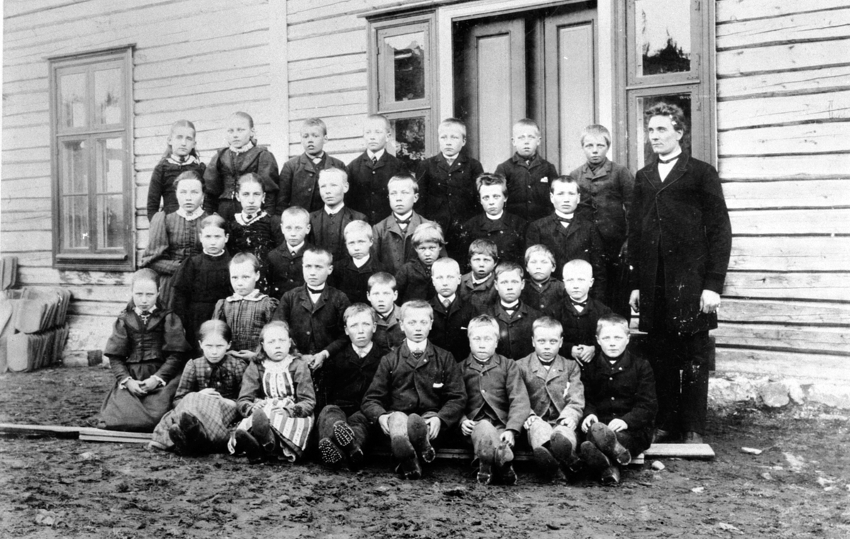 Elever og lærer ved Sagstuen skole, Mesnalia, Ringsaker. Se reg. skjema for navn.