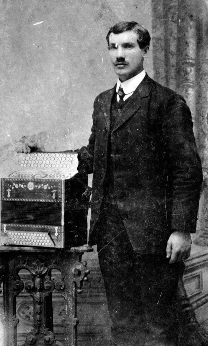 Bernt Evensen Framdal med fireraders trekkspill, Steinsødegården, Ringsaker. Bernt Evensen ble født 18. 09. 1888 på Tokstad-eie. Giftet seg med Oline Larsdatter Tjerne-eie(født 1895) i 1914. De fikk barna: Evald i 1914, Kåre i 1916 og Gerd i 1918. Bernt og Oline døde i spanskesyken i 1918. Sønnene Evald og Kåre flyttet til onkelen, Johan Eng og hans kone Kari på Fjellhamar. Dattera Gerd ble adoptert til et ektepar i Danmark.