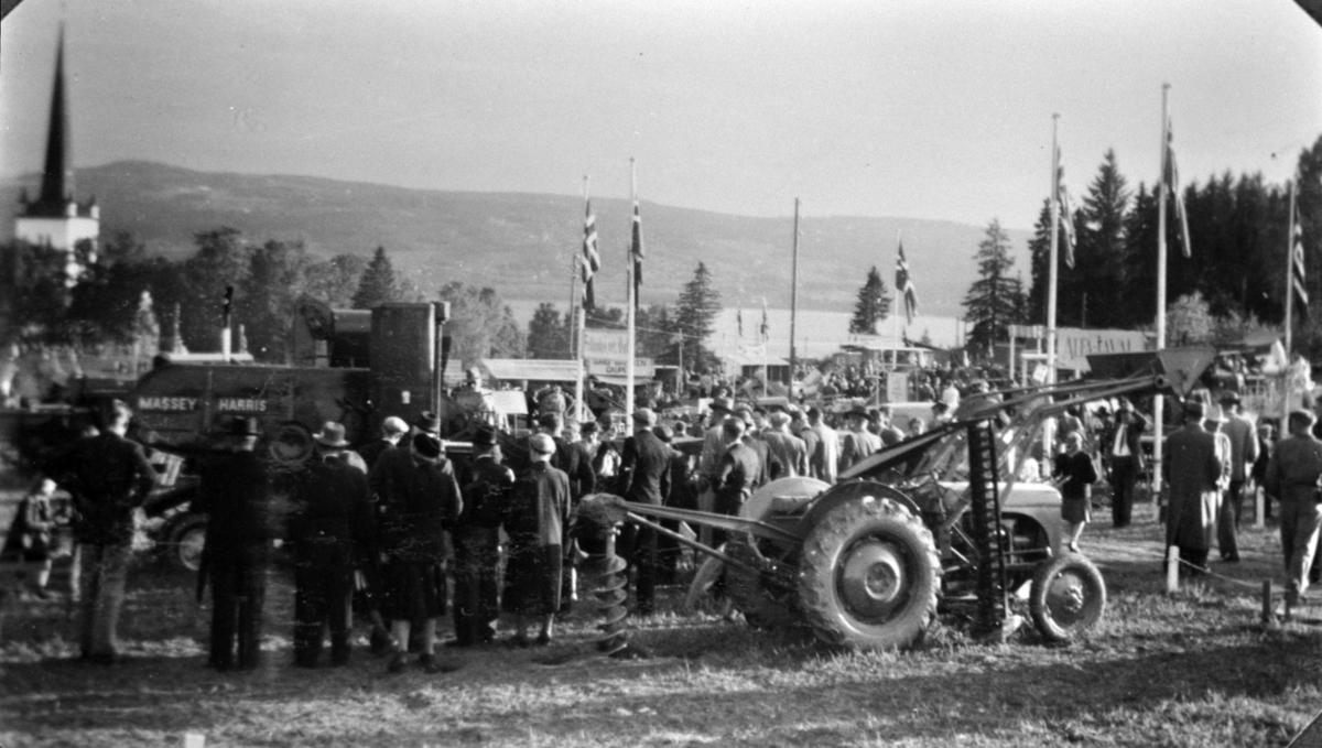 Prestegårdsjordet ved Tingvang, Ringsaker. Bygdeutstilling av traktorer, jordbruksmaskiner, mye folk.