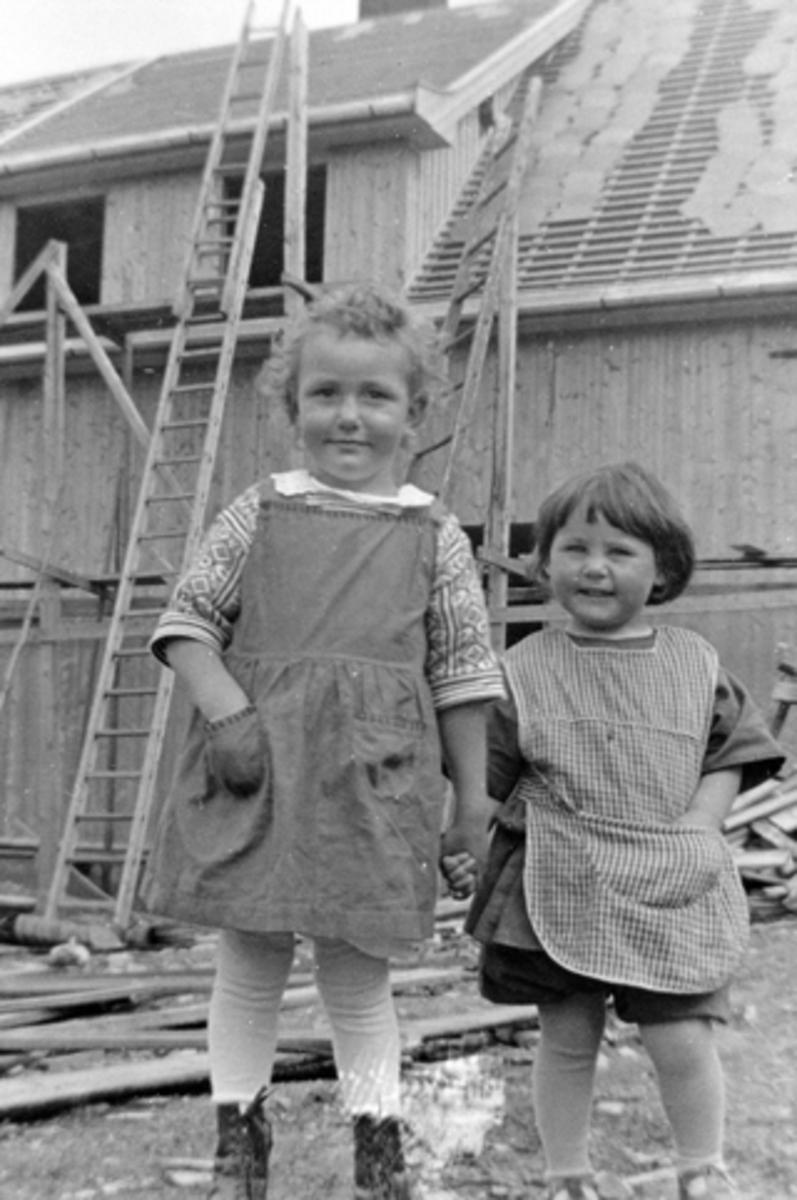 2 barn. Fra venstre Åsa Langmyhr og Bjørg Kolloen. Kongsvegen 20 under bygging. Brumunddal.