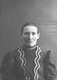 PORTRETT: MATJA MATEA GUDBRANDSDATTER OLSEN 1858 - 1925, SVEITSBAKKEN UNDER FARMEN