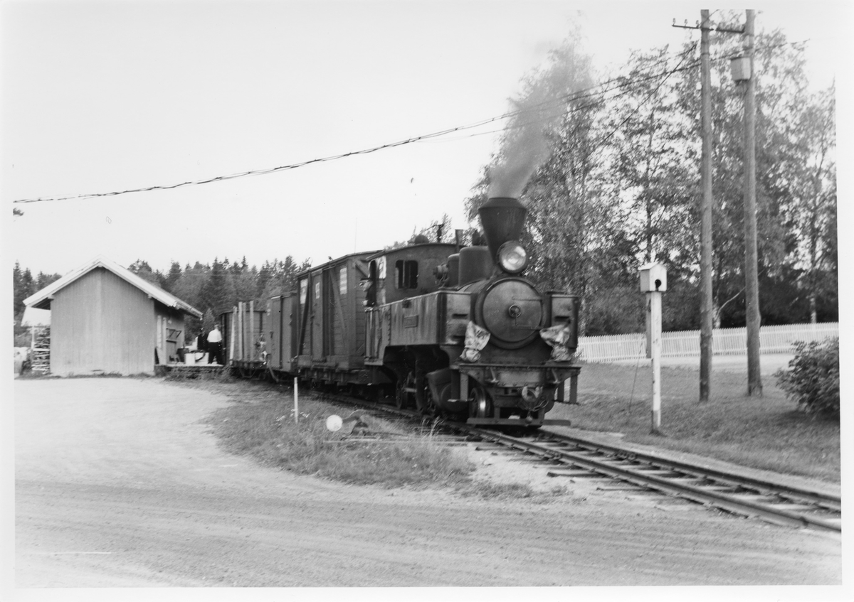 Lok 4 Setskogen skifter i spor 2 på Aurskog stasjon. Tog retning Skulerud. Signalkasse for innkjørsignal t.h. Den nærmeste delen av godshuset (t.v.) er antatt å være den opprinnelige stasjonsbygningen på Bingsfoss.