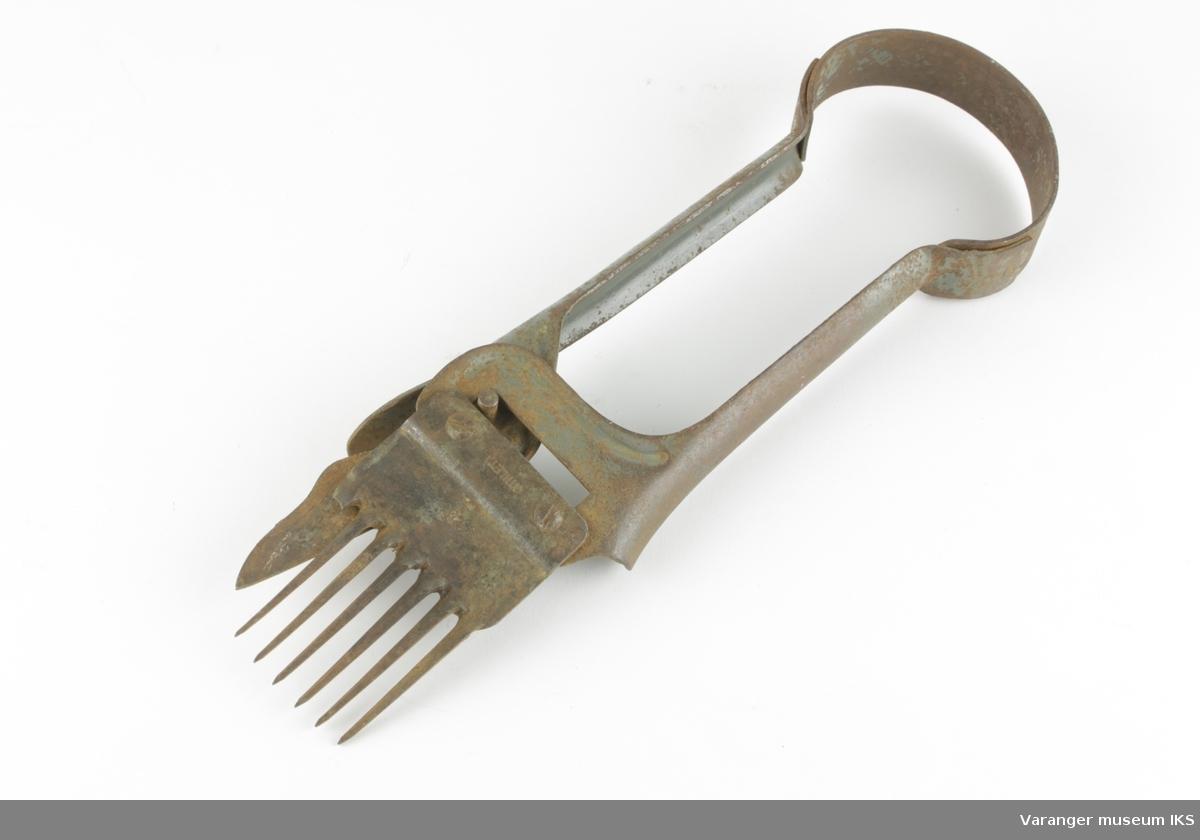 Moderne sauesaks med kam, hvorav en kam-tann er knekt og mangler.