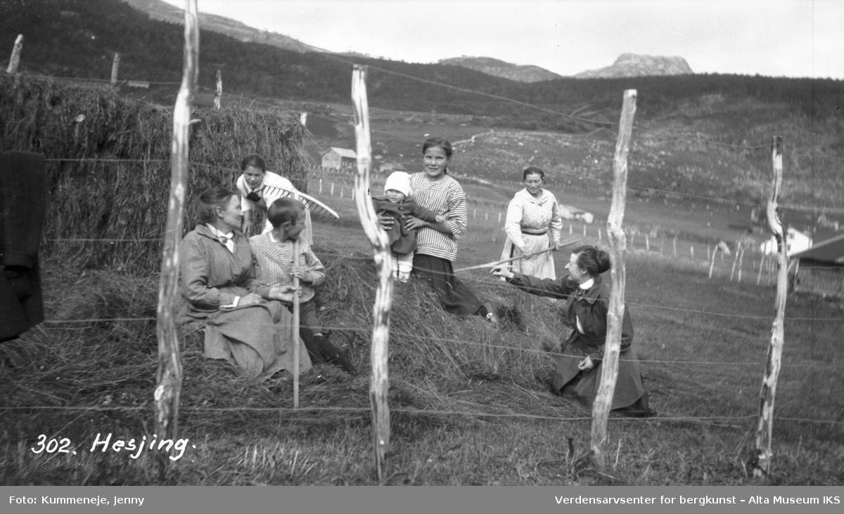 Gruppebilde av hesjing med kvinner og barn i landskap. 1920