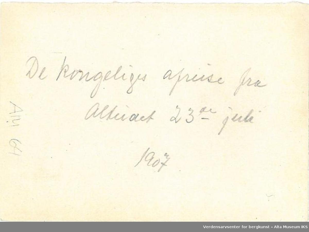 Kongefølge i hest og vogn, avreise fra Alteidet. Bolig og fjell i bakgrunn. 1907.