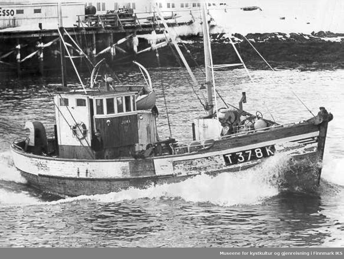 """T378 K """"Juma"""", skiftet nr til F 1 B da familien flyttet til Berlevåg. Eier var Magnus Henriksen. Her prøvekjøres nymotoren, 1965."""