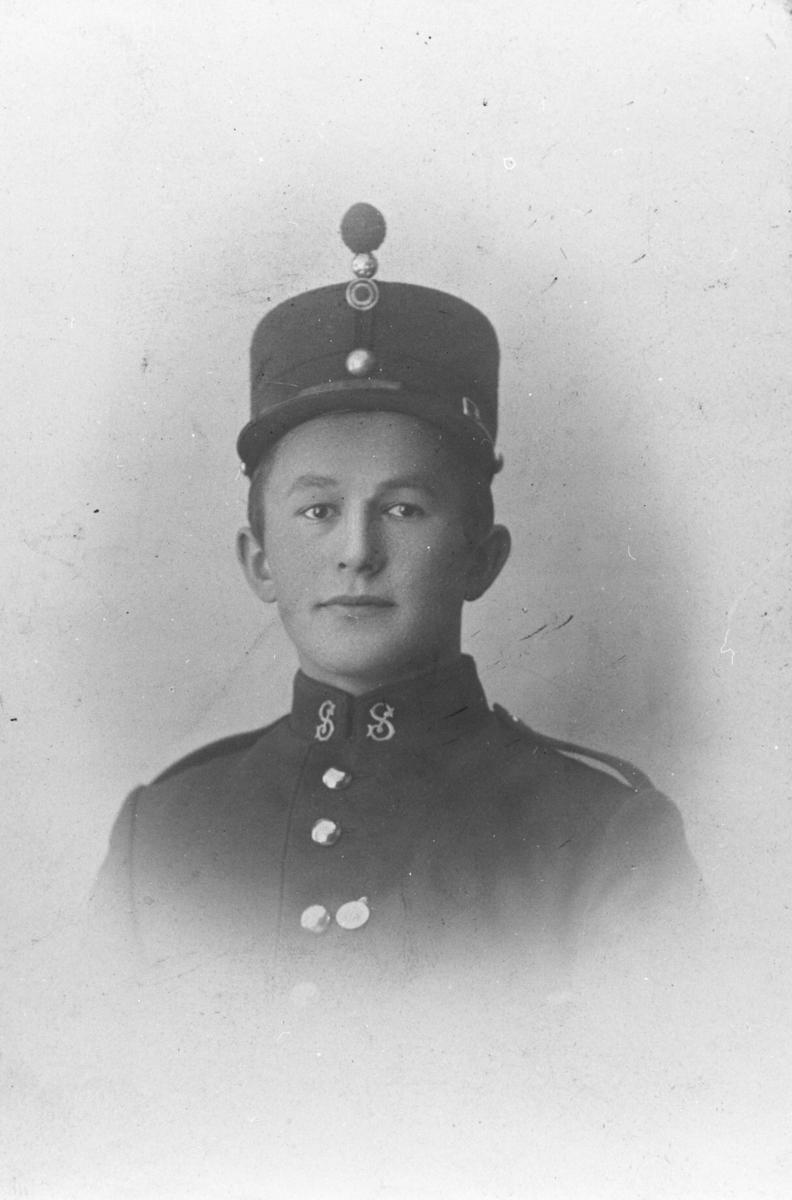 Ukjent ung mann i uniform.