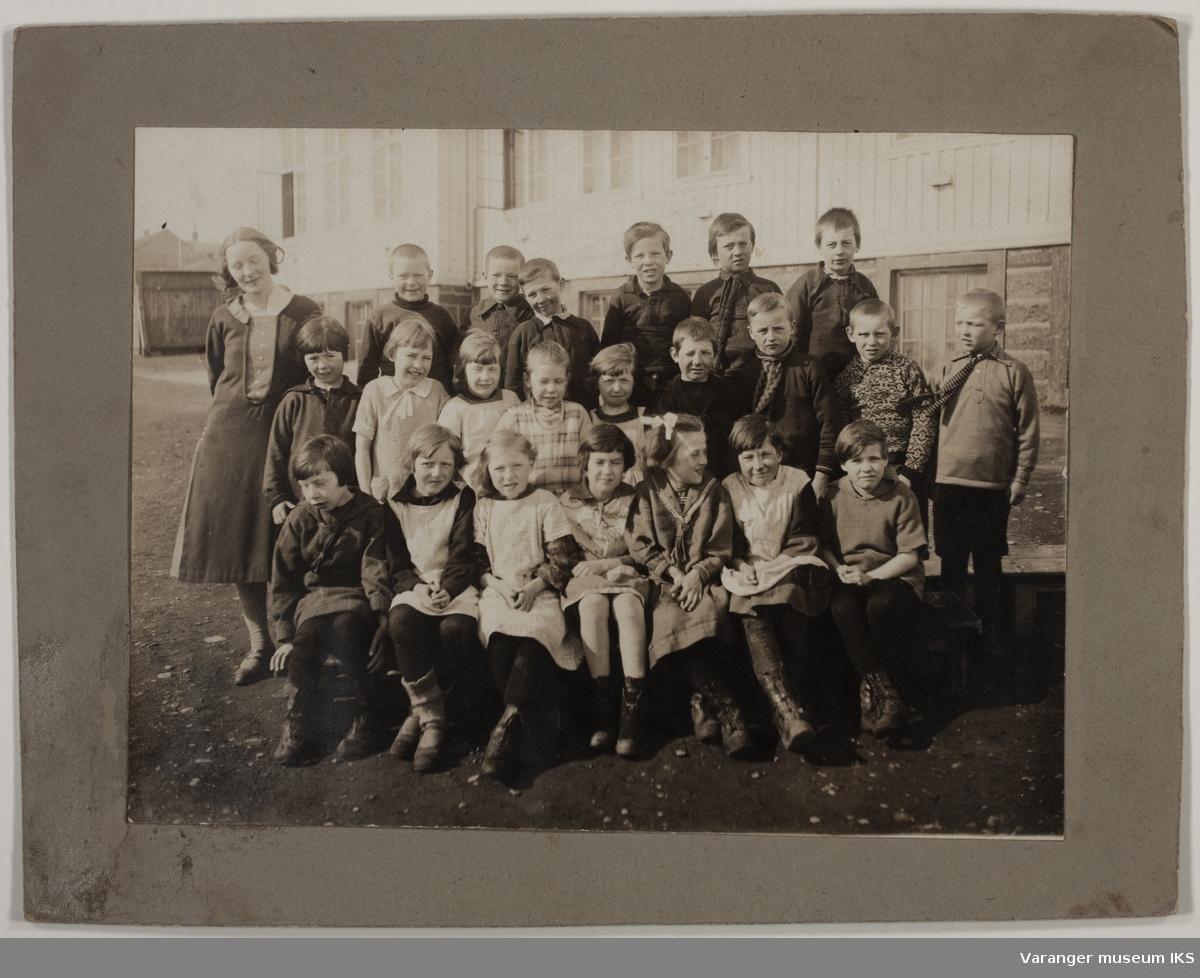 Klassebilde foran Vadsø skole. ca1914-1916