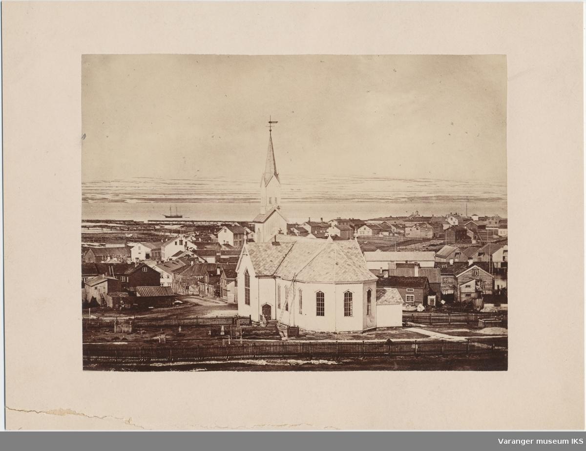 Vardø kirke og bybebyggelse, sett fra berget