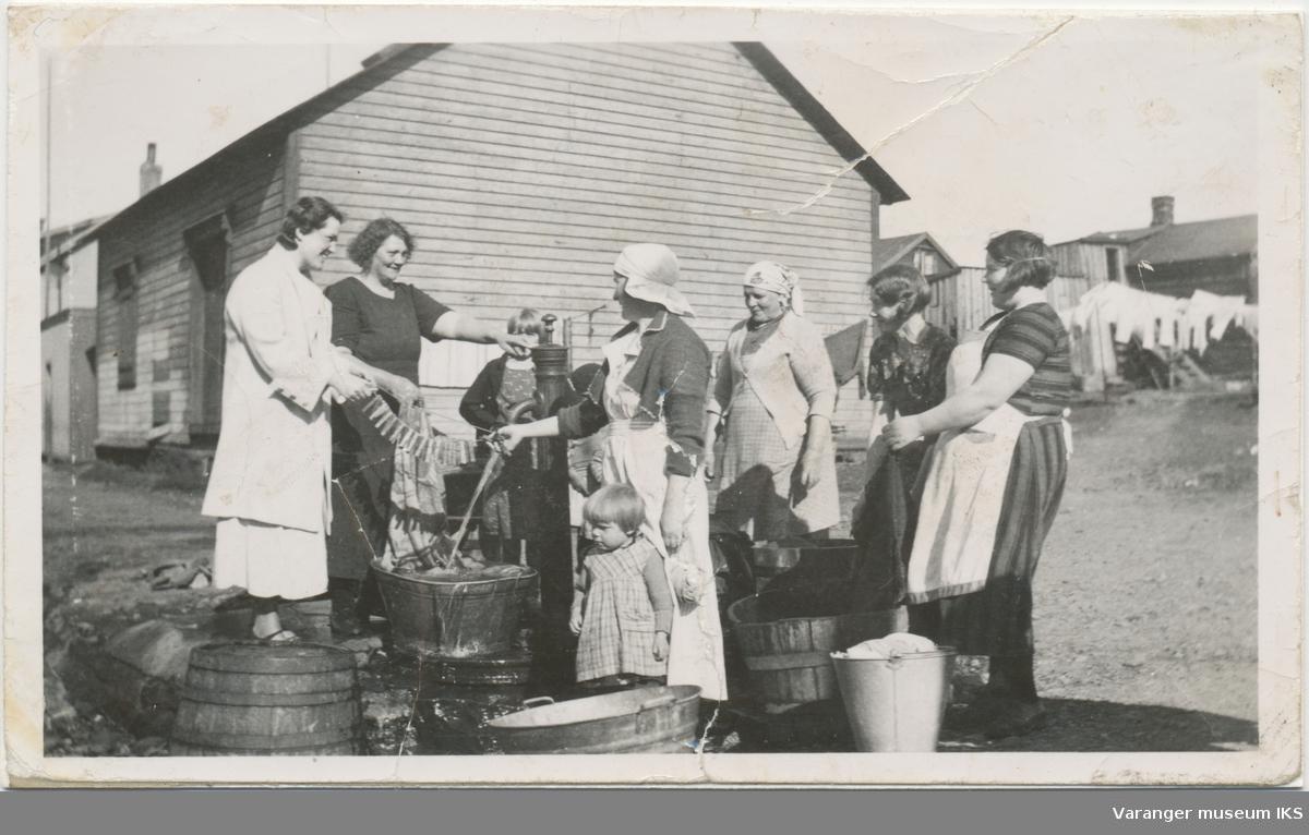 Kvinner og barn rundt vannpost i Grønnegata