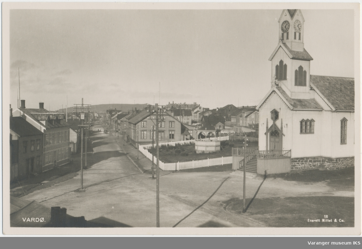 Postkort, Nordre Langgate, Arbeiderforeningens Hus, musikkpaviljongen, og kirken, Reinøya i bakgrunnen, sett mot nord