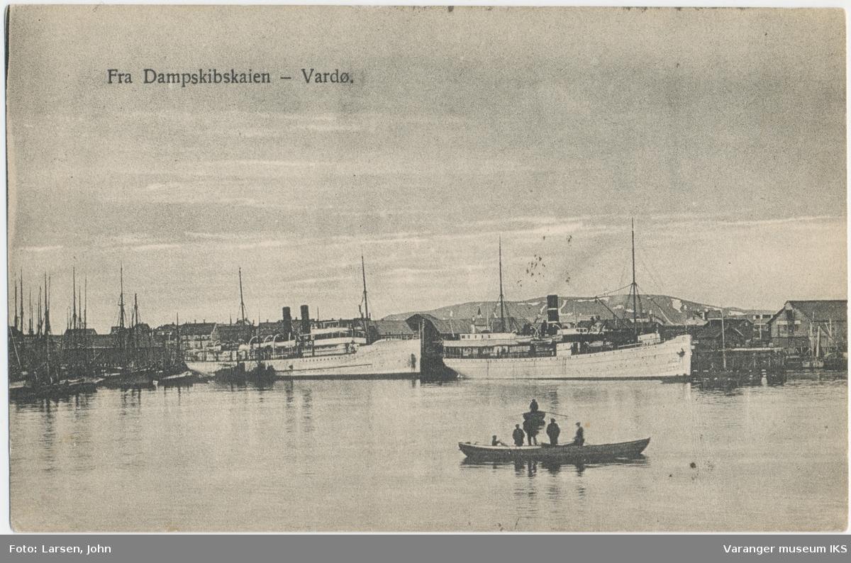 Postkort, to store dampskip ved Dampskipskaia, Domen i bakgrunnen