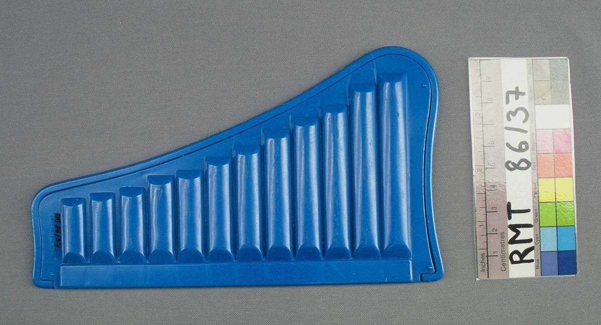 Spaltefløyte i form av en panfløyte med 12 toner.