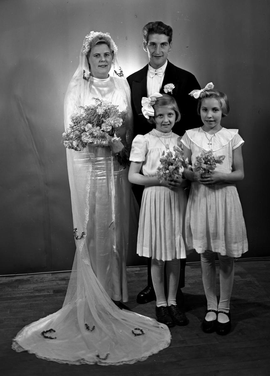 Brudepar med brudepiker