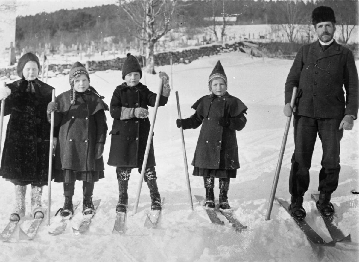 Distriktslege Waage med barn på skitur ved Tingvoll kirke