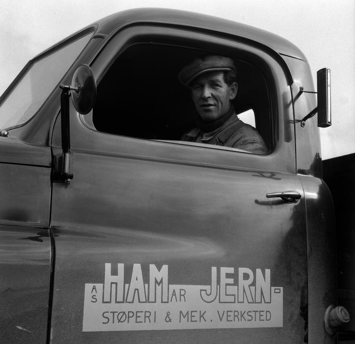 HAMAR JERNSTØPERI OG MEK. VERKSTED, HAM-JERN, PORTRETT UKJENT I LASTEBIL MED LOGO PÅ DØRA. OMSLAG TIL HAM-JERN POSTEN NR. 2, 1952.