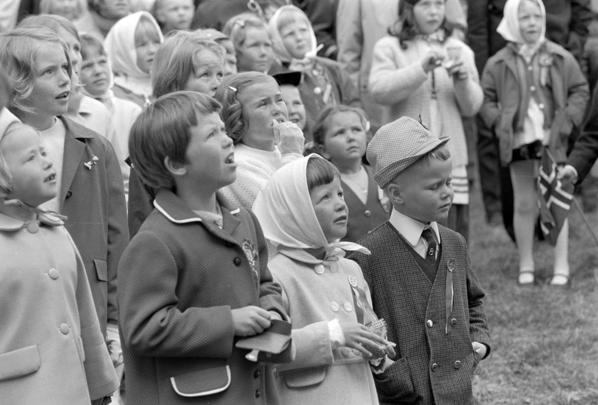 17. mai feiring i Brumunddal. Barnetoget. 1969. Samling i Husebyparken etter skoletoget.