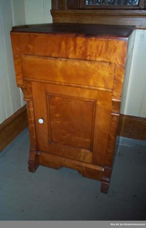 Møblement for dameventeværelse : vaskeservant