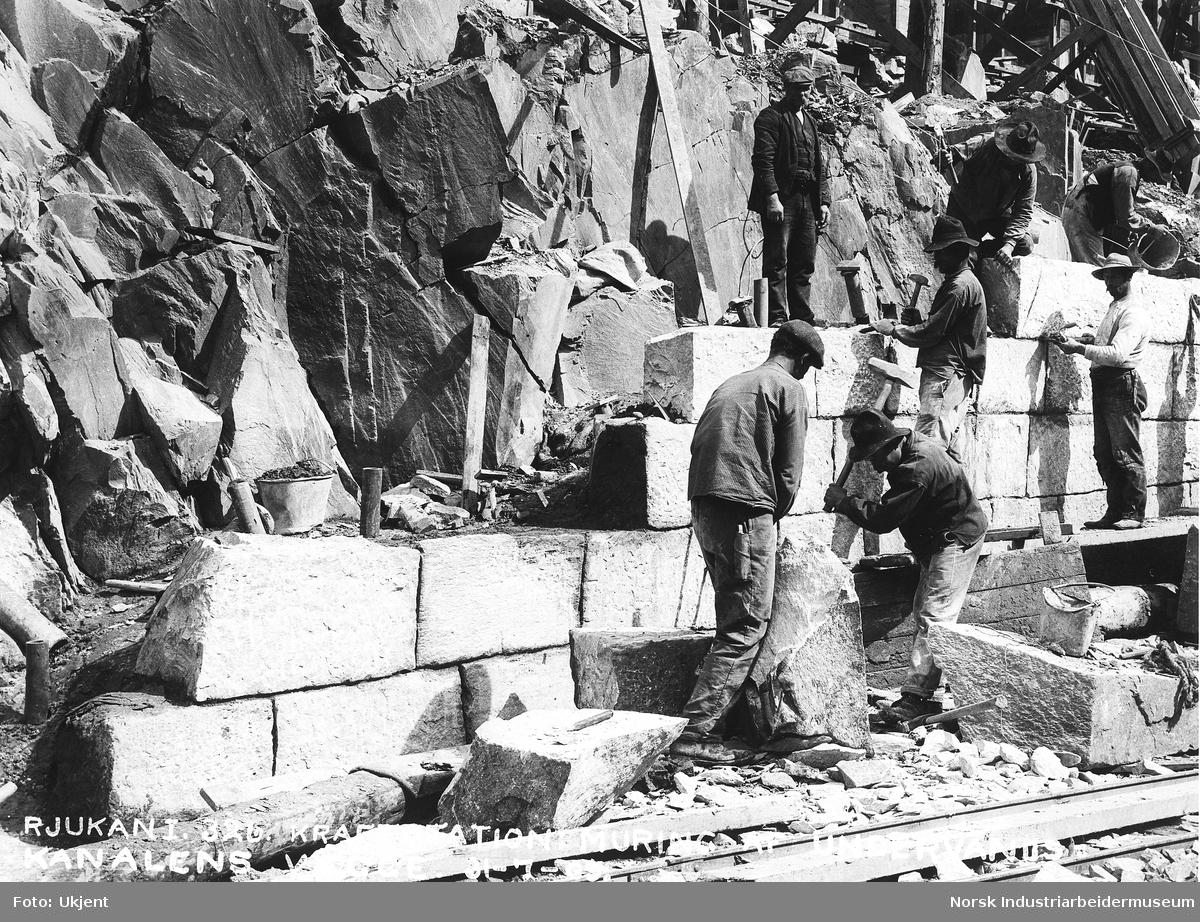 Rjukan I. 326. Vemork kraftstasjon: Muring av undervannskanalens vegger.