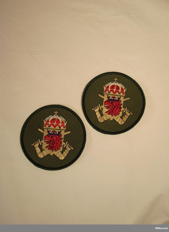 Tilläggstecken för Södra Skånska Regementet (P7/Fo 11)   Märket började användas vid 1982 och användes fram till 1994-06-30. Märket övertogs av MekB 7. Bars av personal vid stabs och förvaltningstjänst på fältuniformens vänstra arm.
