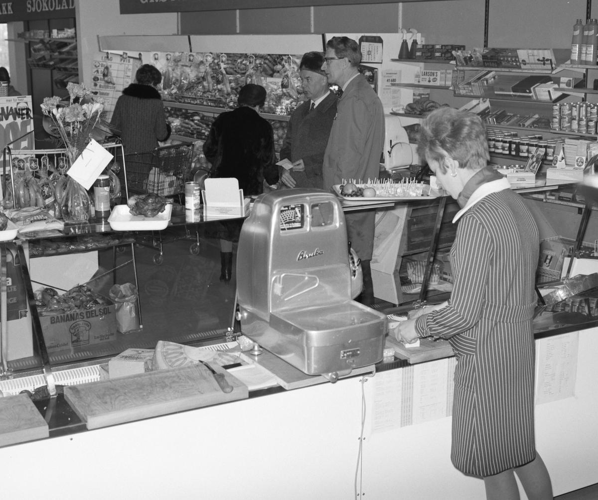 Monrad Gudahl, Brumunddal. Interiør, butikken. Ostedisken, ukjente.