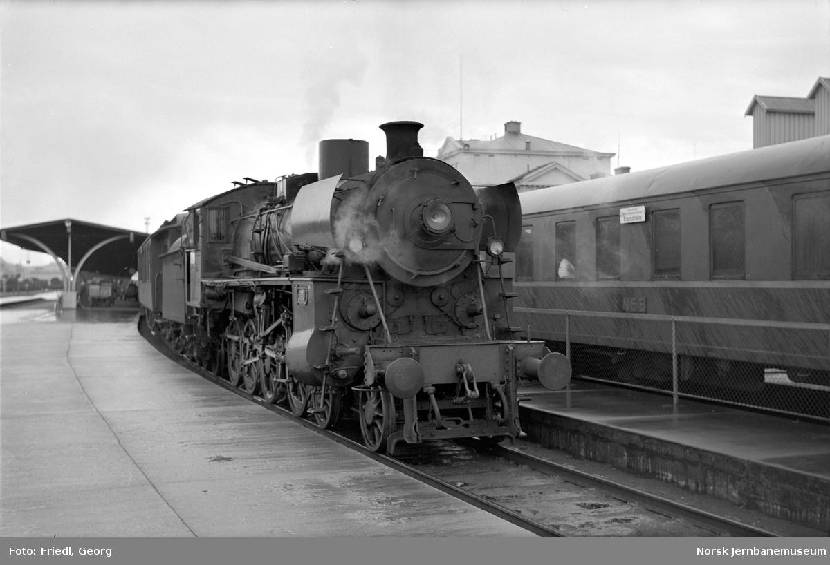 Damplokomotiv type 26c nr. 378 foran Rørosbanens dagtog 302 på  Trondheim stasjon
