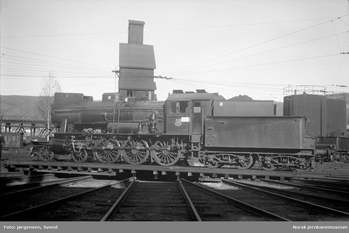NSB damplokomotiv type 30a nr. 256 på svingskiva på Sundland