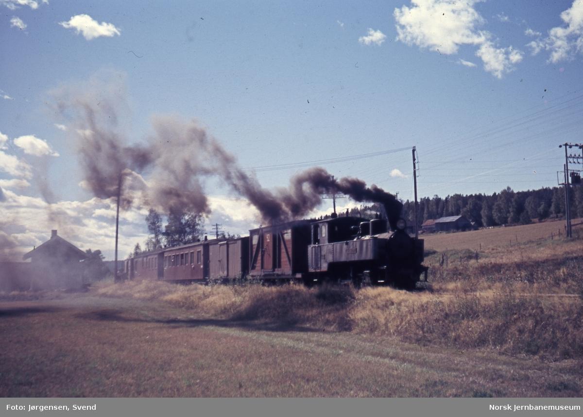 Blandet tog 2058 til Sørumsand på Hornåseng stasjon
