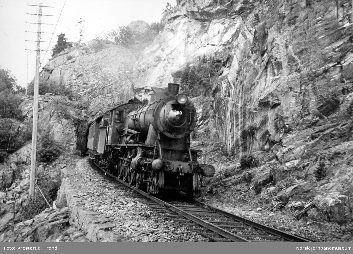 Damplokomotiv type 30a nr. 280 med persontog fra Storlien ved Hell