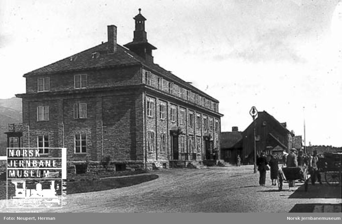 Oppdal Turisthotell med stasjonsbygningen i bakgrunnen
