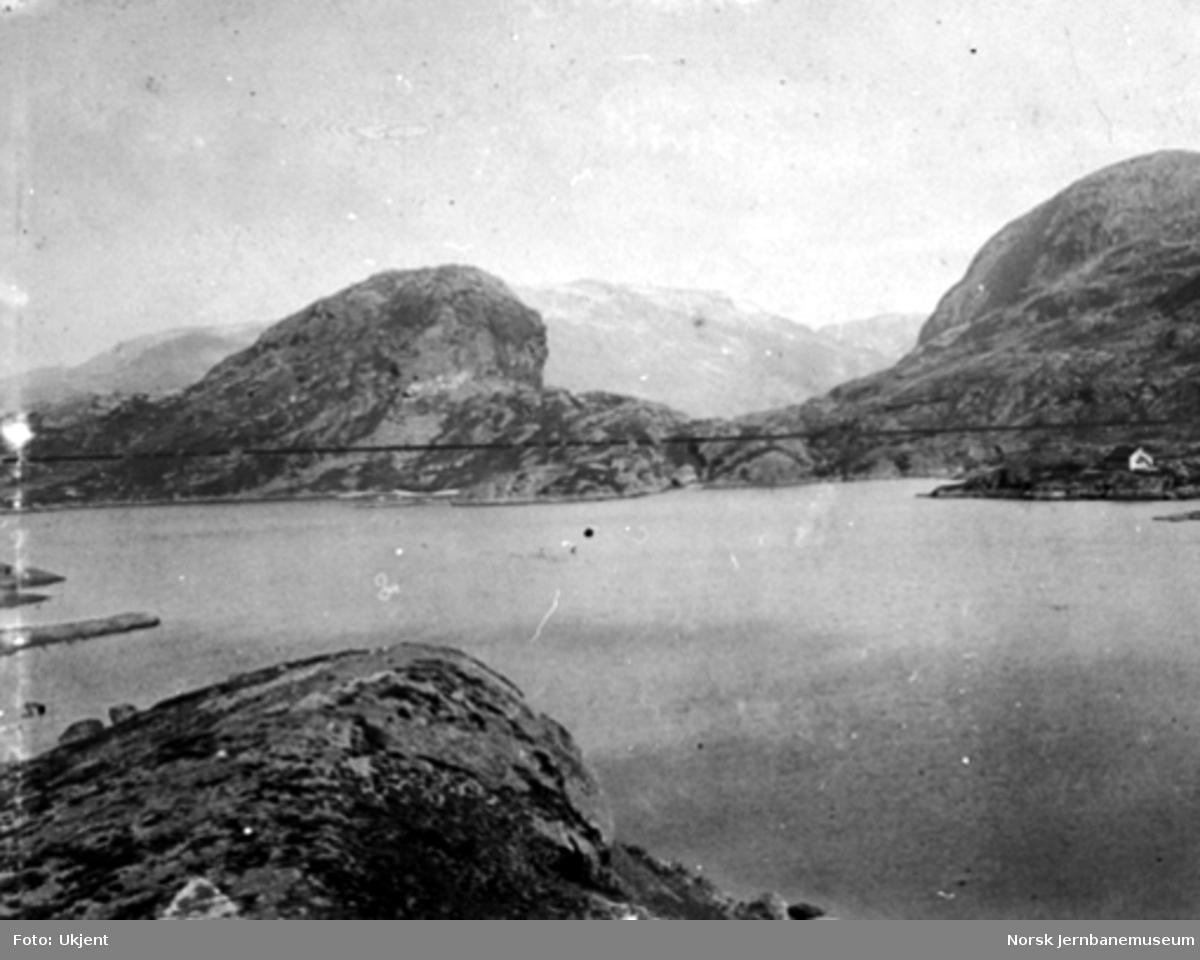 Bergensbanens anlegg; parti fra Klevevatnet med banen inntegnet med tusj