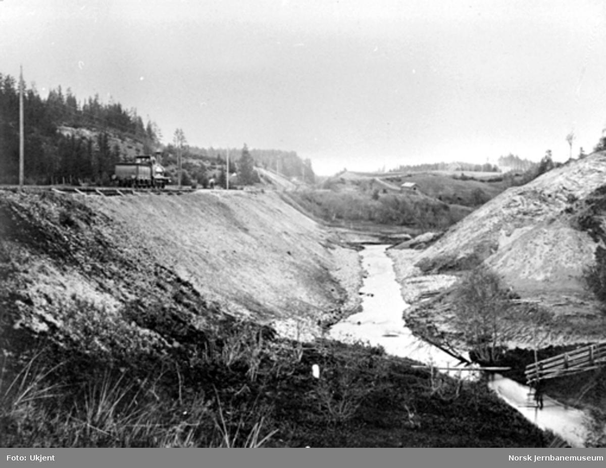 Nytt løp for Riselva er ferdig og trebru nr. 1 nord for Dal er erstattet med fylling, damplokomotiv på sporet