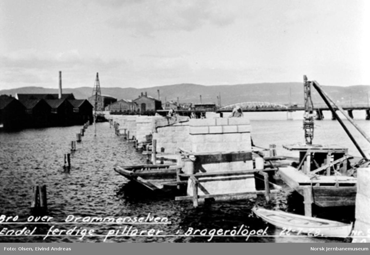 Bru over Drammenselva : Ferdige pillarer i Bragerøløpet