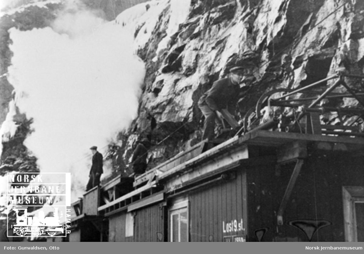 Reparasjon av kontaktledning etter isras 1945