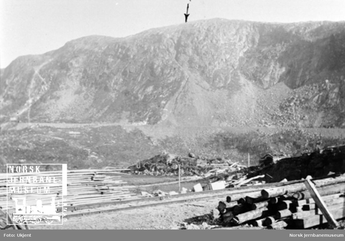 Utsikt fra Katterat (Hundalen) stasjon til ras ved km 32,2