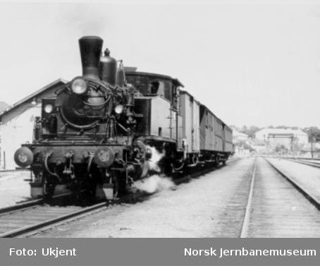 Damplokomotiv type 20b nr. 249 eller 250 foran persontog på Horten stasjon