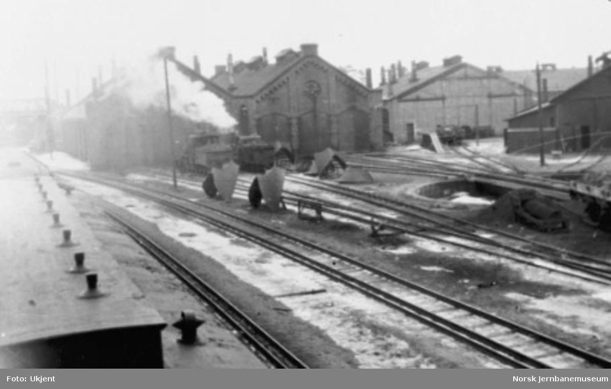 Rørosbanestallen på Hamar med damplokomotiv type XXIII og IX
