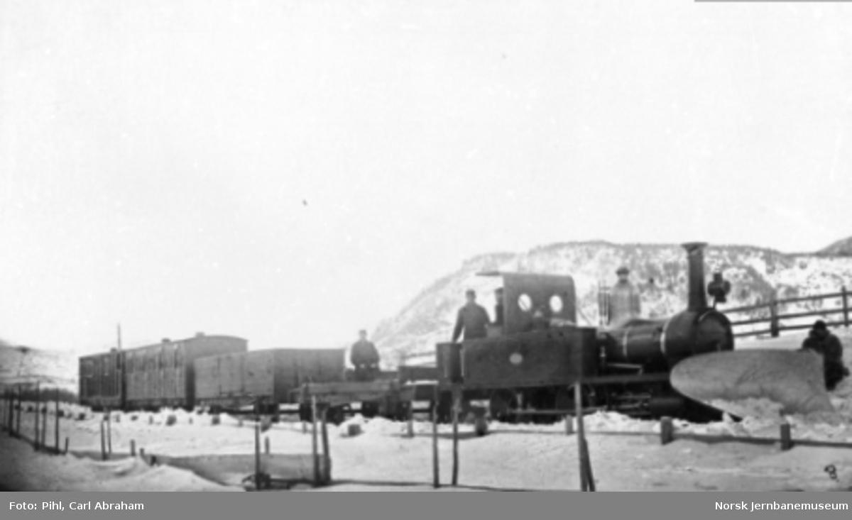 """Damplokomotiv type II nr. 4 """"Sverre"""" med snøplog foran blandet tog på Størenbanen"""