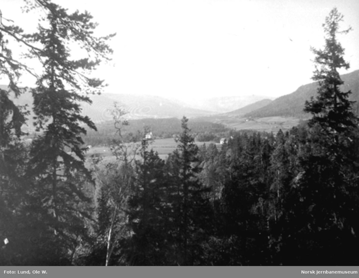 Fra anlegget av Holmestrand-Vittingfossbanen : utsikt over Sandsvær fra Mosåsen
