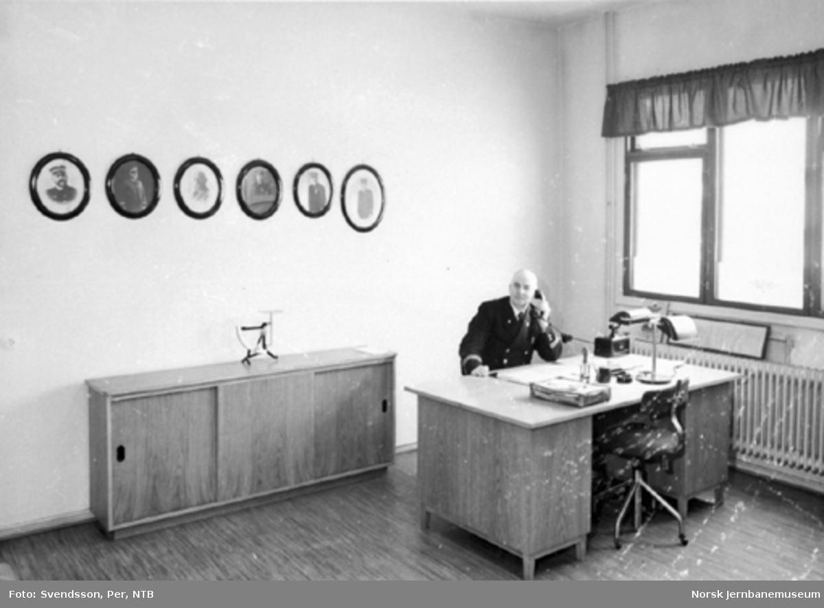 Stasjonsmester John Johnsen på sitt kontor