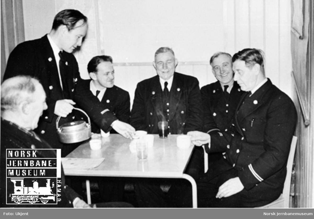 Personalet ved godsekspedisjonen på Hamar stasjon rundt kaffebordet