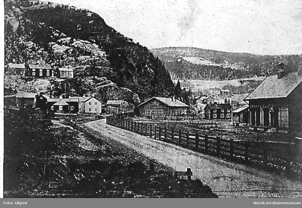 Ukjent sted, med deler av stasjonen til høyre i bildet