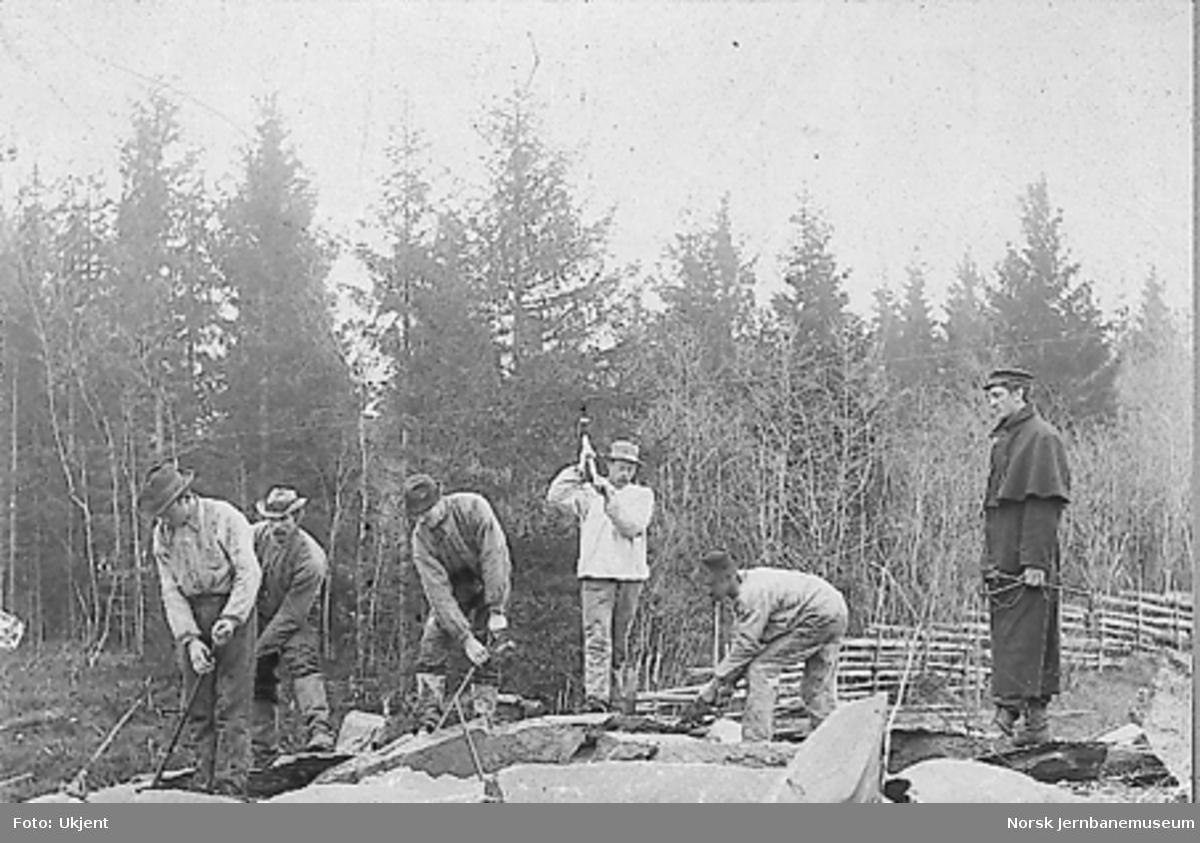 Fem anleggsarbeidere og en oppsynsmann på anlegget av enten Hell-Sunnanbanen eller Eidsvoll-Ottabanen i Gudbrandsdalen