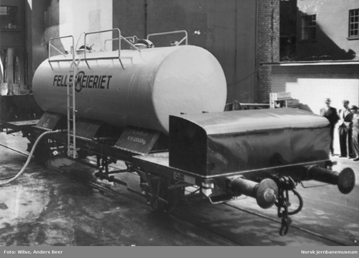 Lossing av melktankvogn litra Q4 nr. 4711 på Fellesmeieriet i Oslo