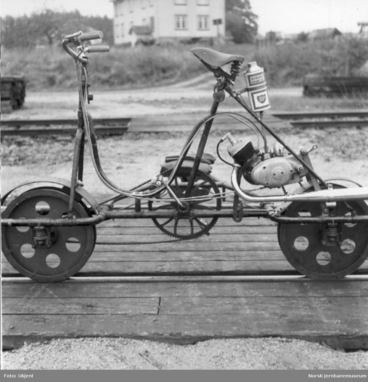 Trehjuls sykkeldresin med bakhjulsmontert Simpson 50 cm3-motor