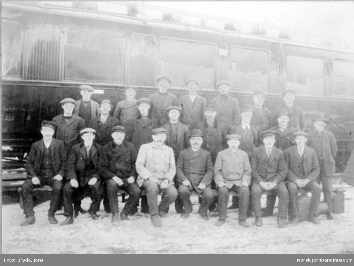 Hovedbanens verkstedpersonale fotografert foran en av Hovedbanens personvogner