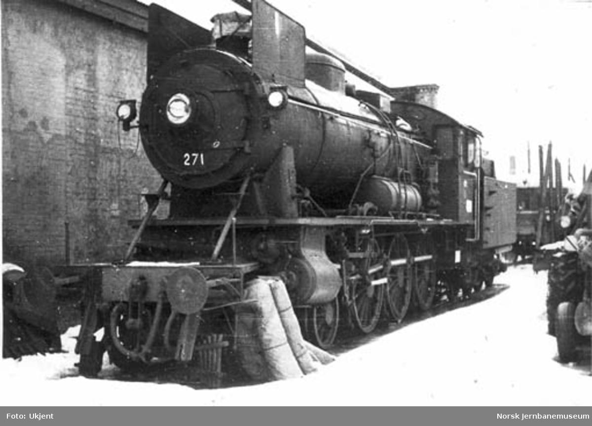 Damplokomotiv type 30a nr. 271 hensatt på Hamar stasjon etter utrangeringen