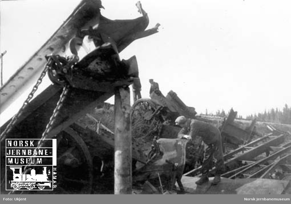 Oppryddingsarbeid etter togulykken ved Jørstadelva
