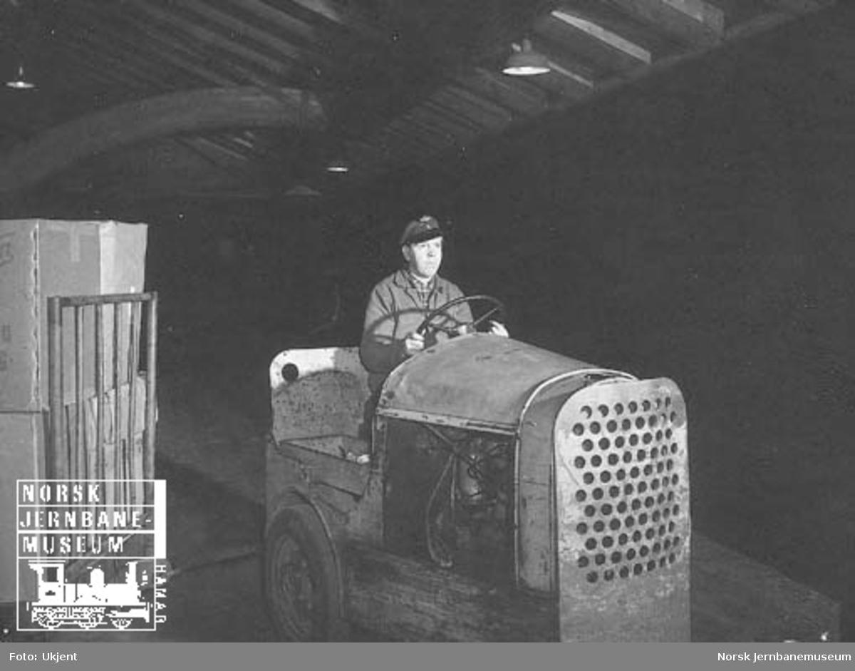 Jernbanemann med plattformtraktor og tralle