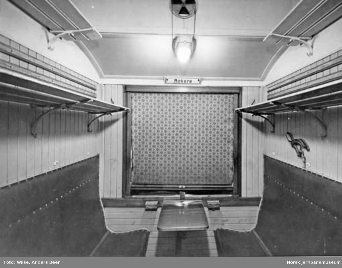 Interiørbilde fra kupé på 3. klasse med eldre lysutstyr